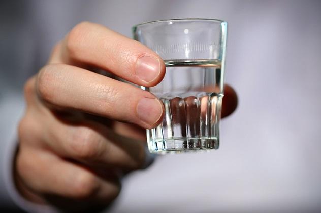 Как выпить залпом стакан водки?