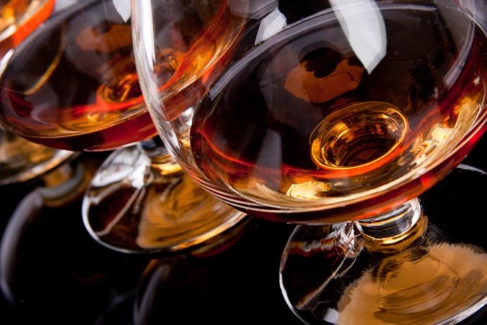 По внешнему виду коньяк и виски очень похожи