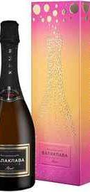 Вино игристое розовое брют «Балаклава Пино Нуар Брют Розе» в подарочной упаковке